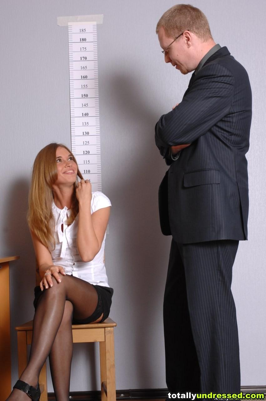 Девушка приходит в офис, а там развратный мужчина разрешает себя осмотреть со всех сторон