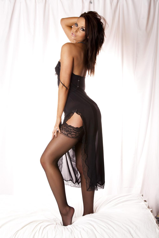 Умопомрачительная брюнетка Sarah Arnold в красивых трусиках и черных чулках