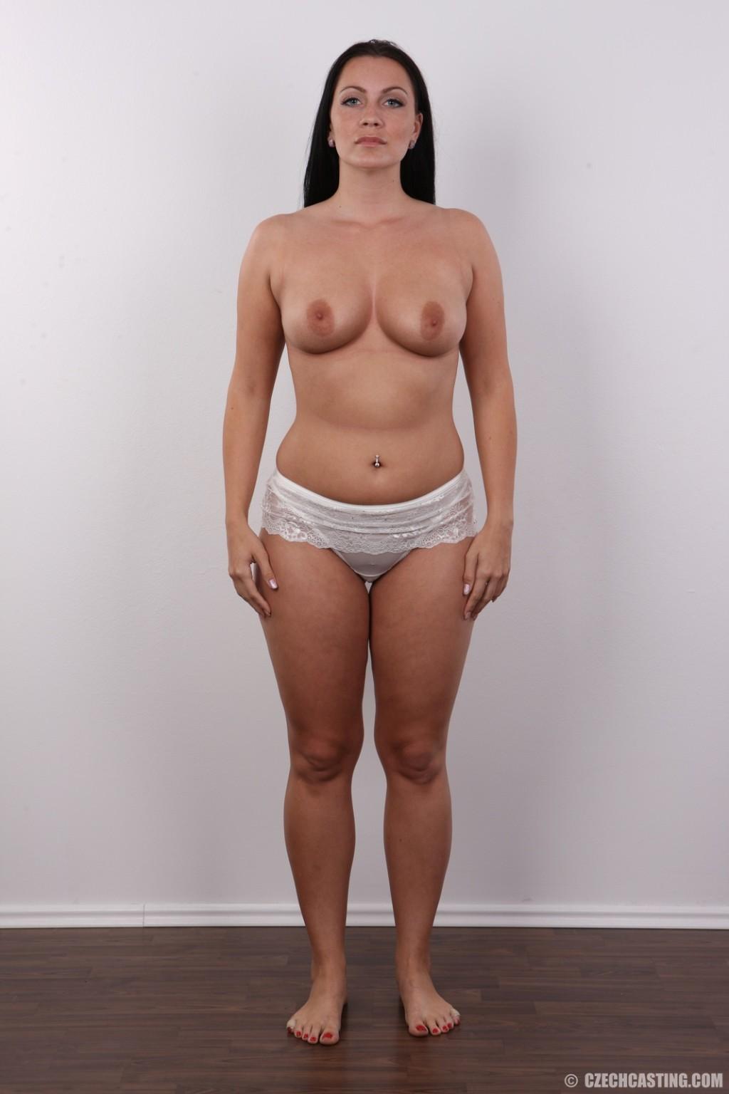 Красивая брюнетка с натуральными дойками на фото кастинге в порно ...