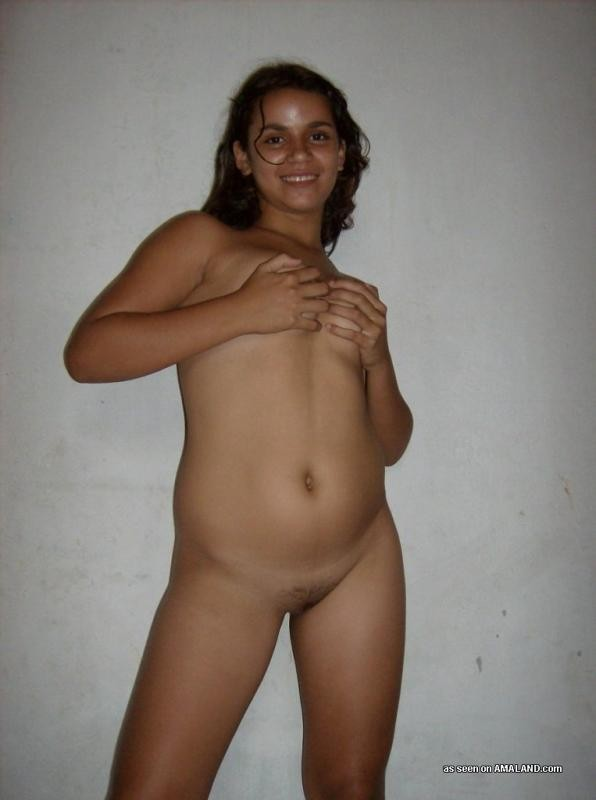 Милая испанка показывает свое красивое голое тело - девка не обделена сочной пиздой и хорошими сиськами
