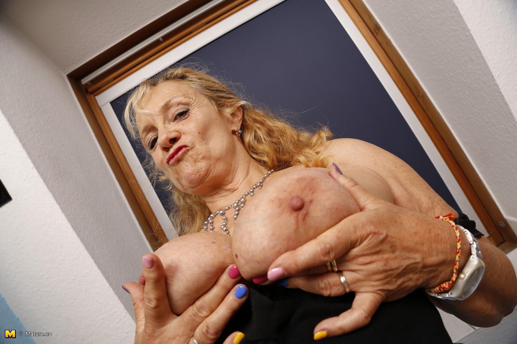 Зрелая бабка в коричневых чулках хвастается своей висящей грудью