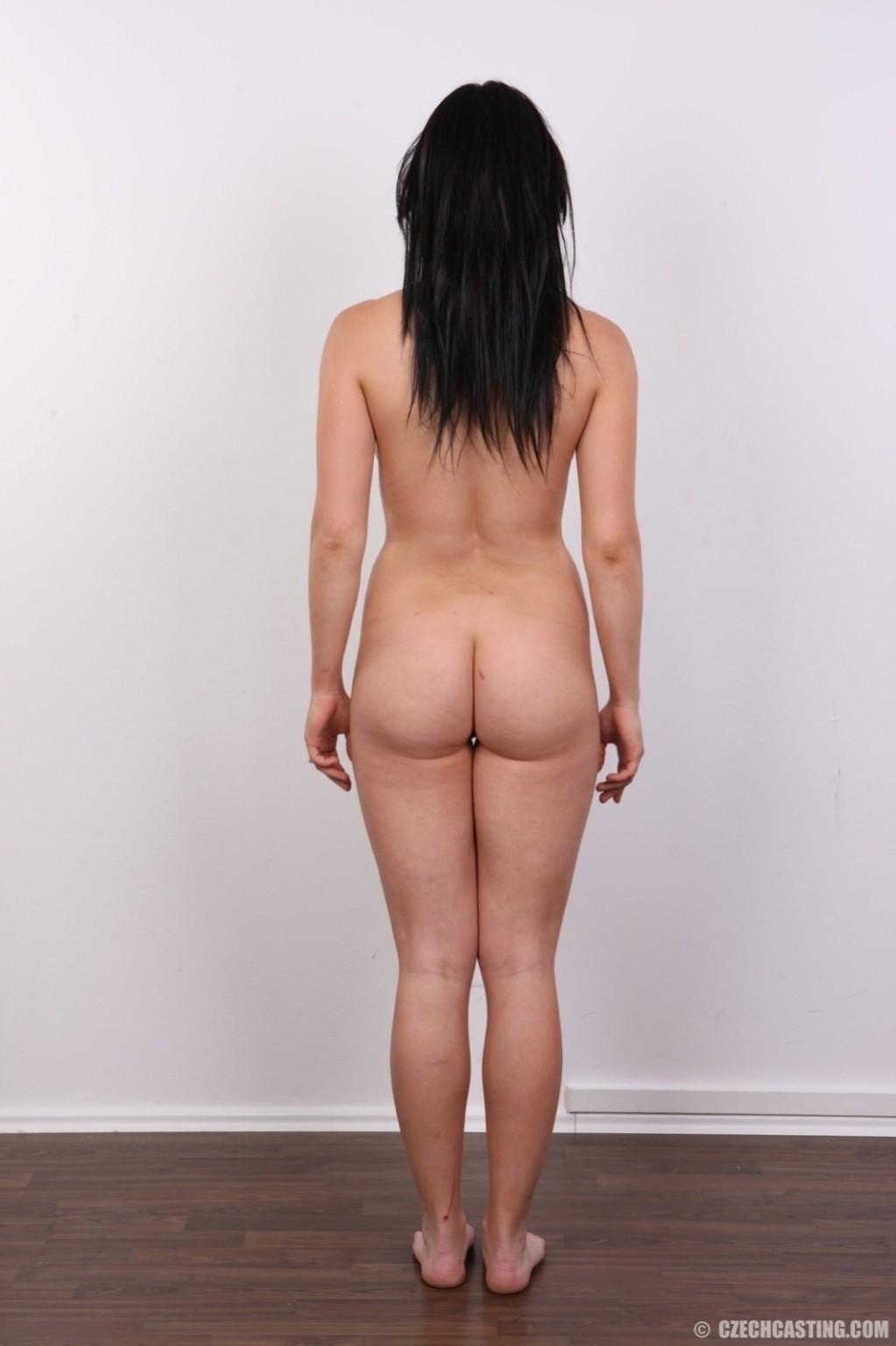 Женщина с темными волосами хвастается гладко выбритой промежностью