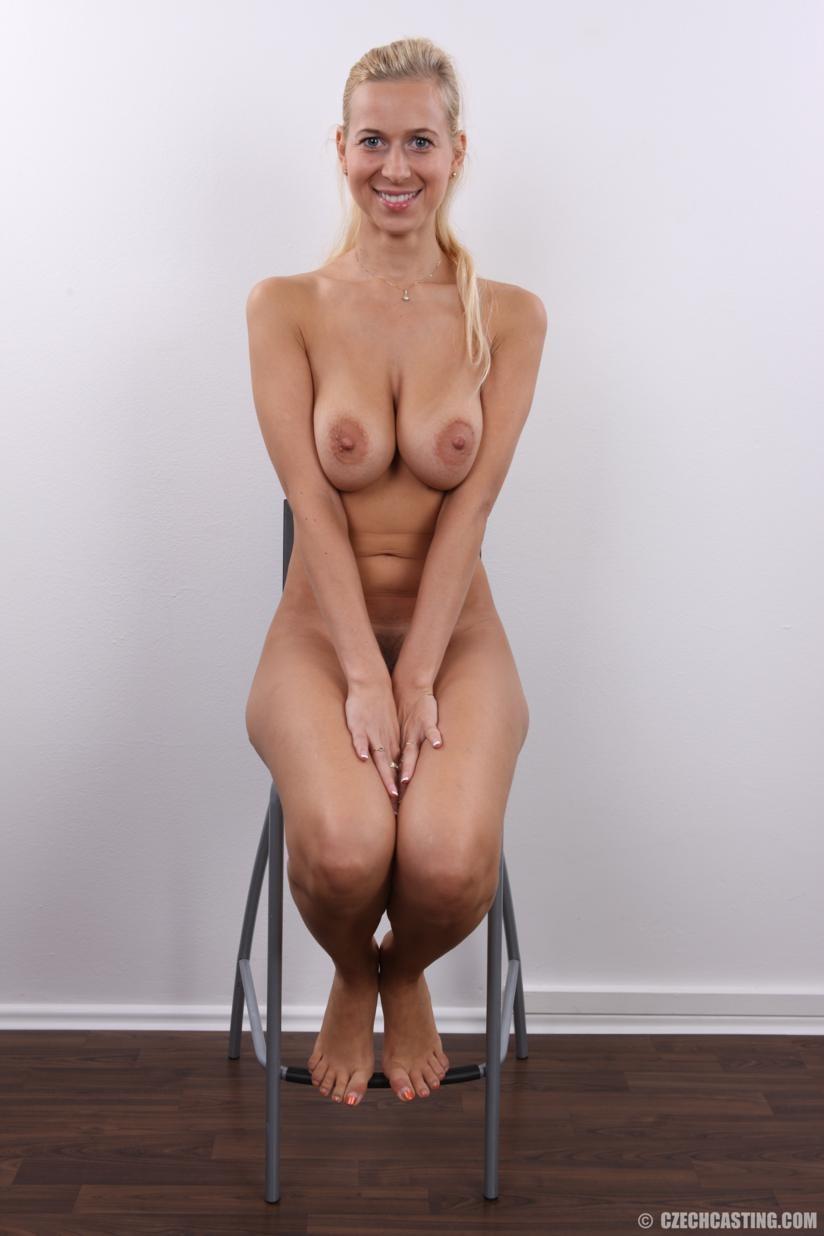 Блонда с большими упругими сиськами решилась показать киску на кастинге