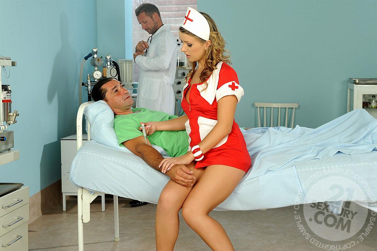 Медсестра в больнице в короткой юбке делает минет доктору и ебется с пациентом