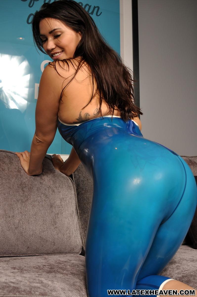 Брюнетка в эротическом синем костюме мечтает о жестоком пореве, пока желающих отодрать ее нет