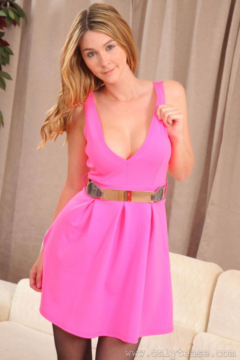 Сногсшибательная красотка Лаурен Челси в чулочках с розовым поясом покоряет мужские сердца