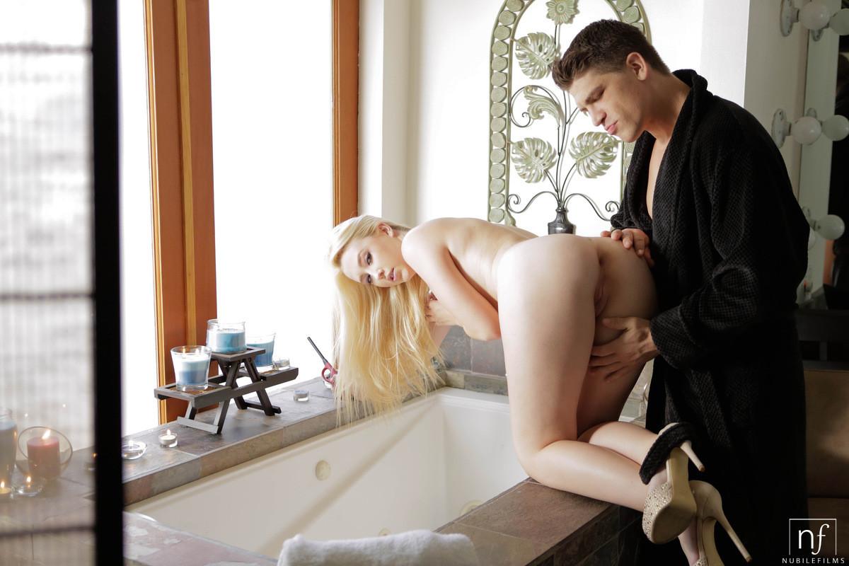 Шикарную блондинку паренек выебал в пизду когда та вошла в ванну