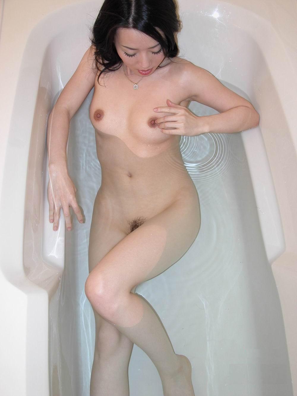 Китайская красотка в ванной совращает зрителей своими формами