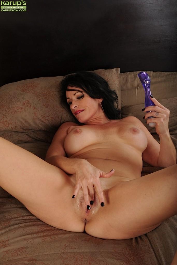 Брэкстон Кай – зрелая брюнетка, которая обнажается перед всеми, а затем развлекается с секс-игрушкой