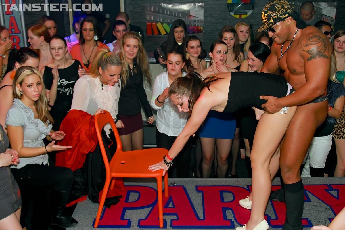 В клубе бешенные телки ебутся с накачанным стриптизером в халате