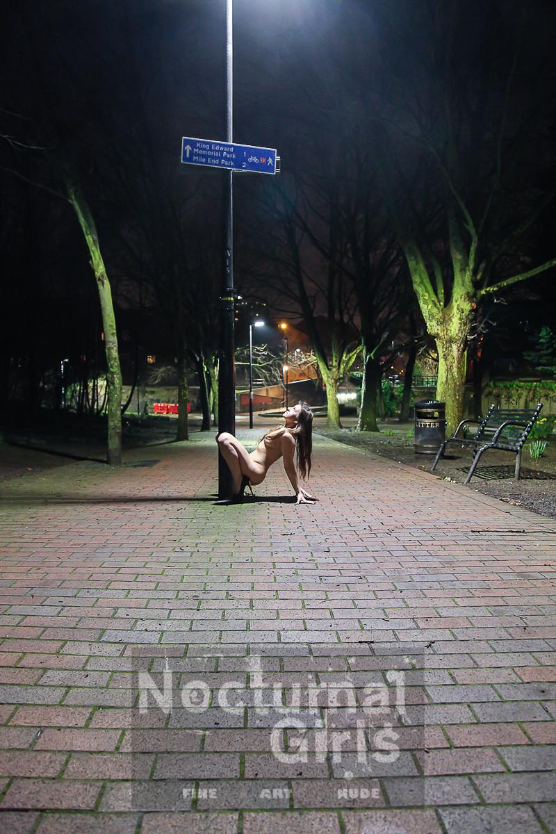 Смелая девушка позирует в обнаженном виде, принимая различные позы на улицах спящего города