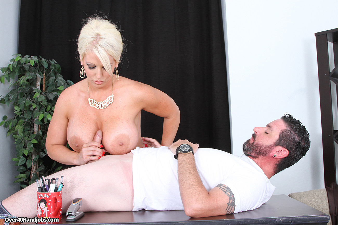 Грудастая блондинка с огромными сиськами довела до оргазма своего бывшего парня на столе