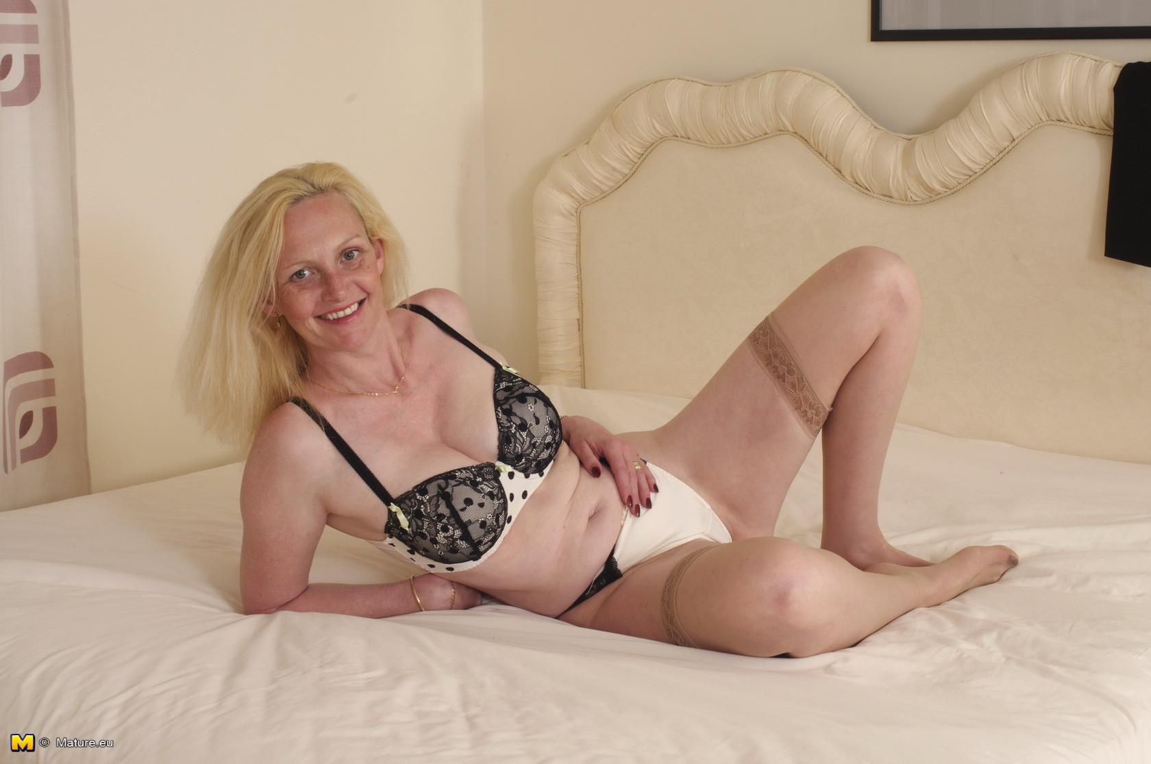 Британская зрелая женщина показывает свое тело, не стесняясь того, что она уже немолода