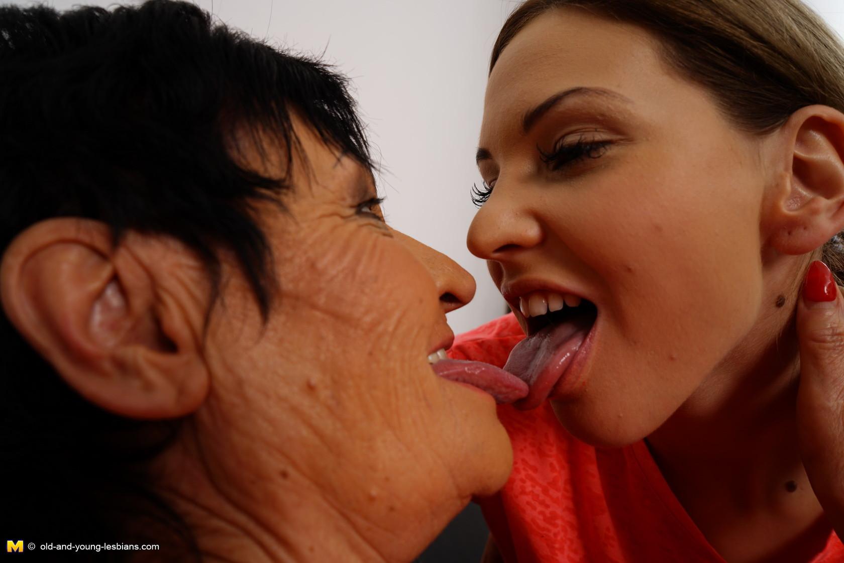 Опытная дамочка обучает молодую девушку различным ласкам