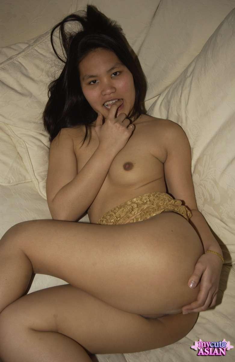 Домашнее фото в которых девушка мастурбирует киску на диване