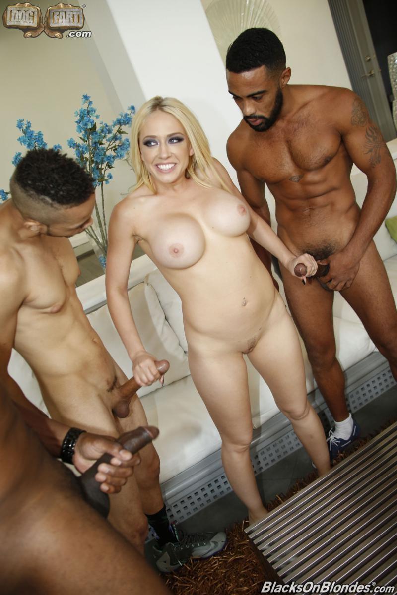 Белоснежная вагина всегда привлекает парней с черными битами, в это раз новую знакомую они трахнут в два члена