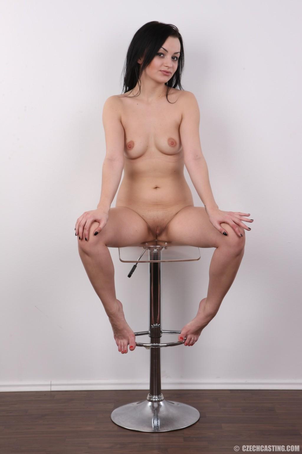 Брюнетка с шикарной пиздой сидит на стуле и делает интим фото