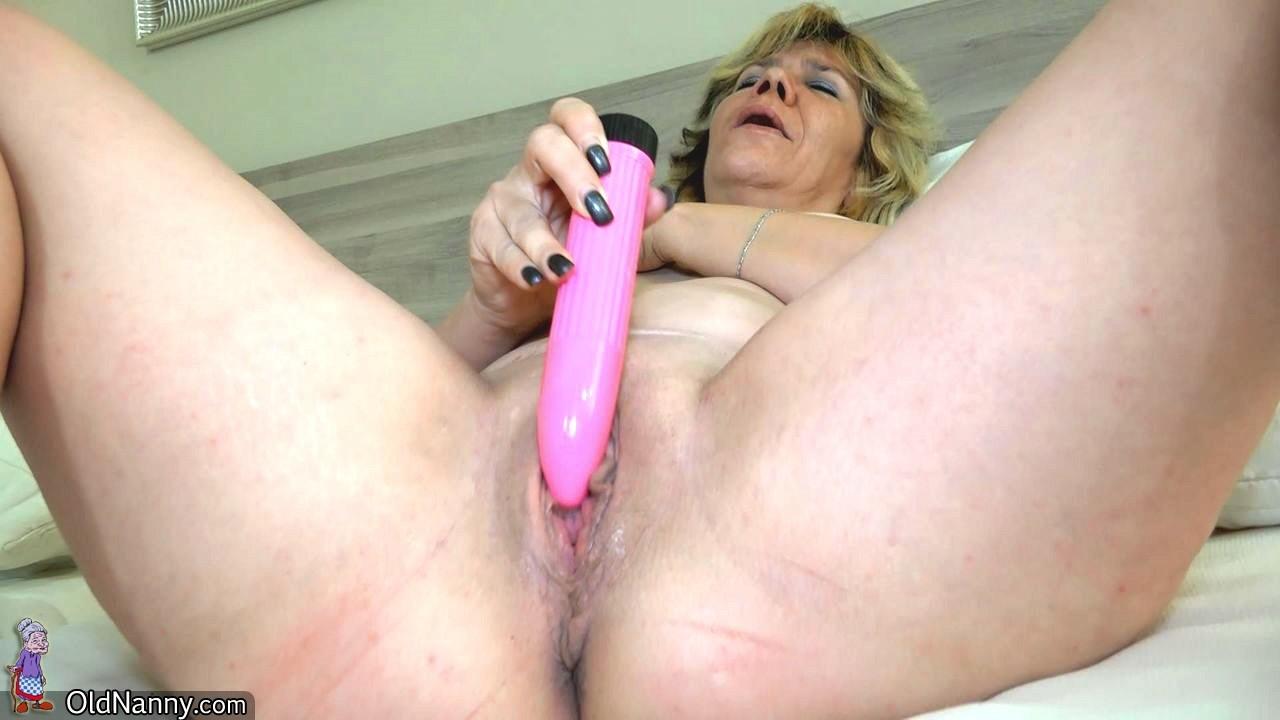 Две зрелые женщины развлекаются с вибраторами, и им это явно очень нравится
