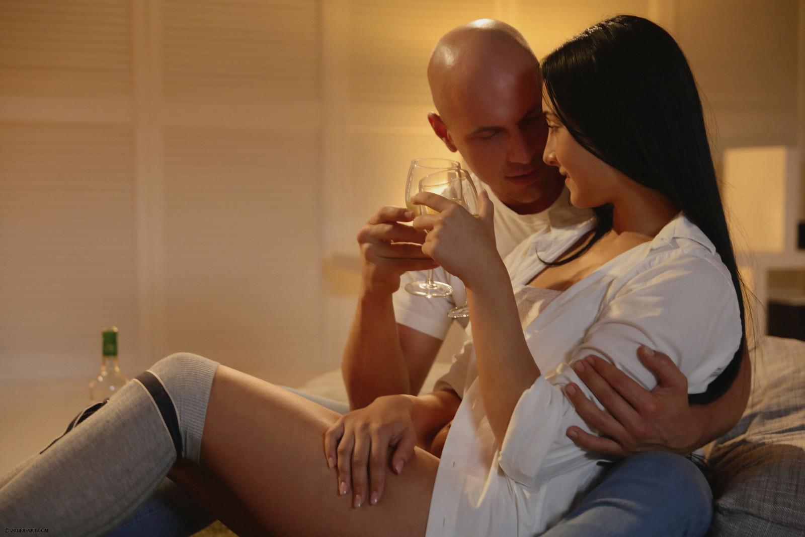 Лысый паренек занимается красивым сексом с сексуальной брюнеткой