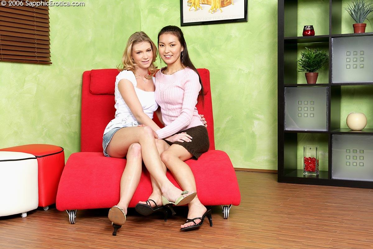Две молодые красотки устраиваются поудобнее, чтобы подарить друг другу нежные оральные ласки