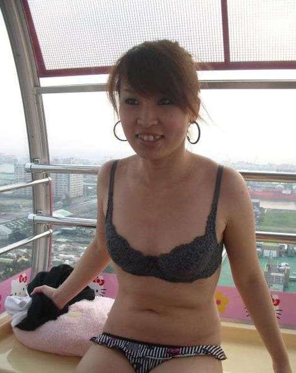 Кучерявая девка с небритой пиздой сняла трусы на камеру в высотке