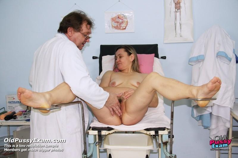 Зрелая Ярослава приходит к развратному гинекологу, который устраивает ей хороший осмотр