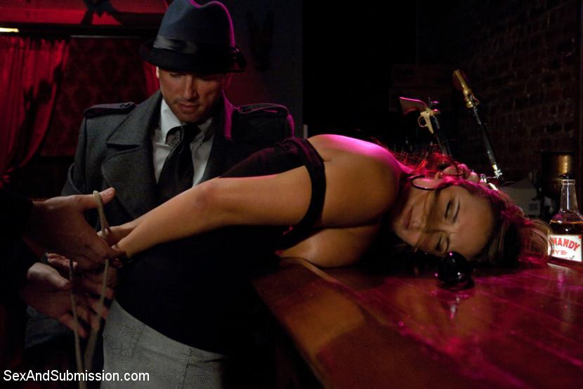 Телка предпочитает жесткое порево, поэтому позволяет скрутить себе руки и трахнуть киску двум парням