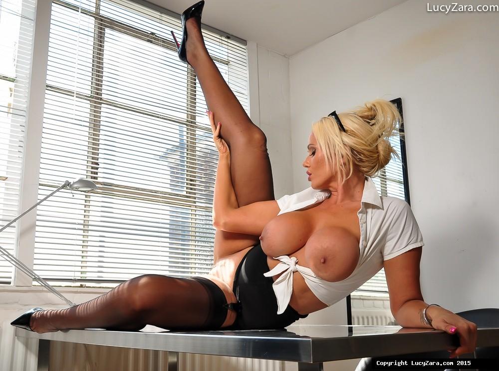 Шикарная блондинка знает, в какие позы вставать, чтобы показать всю свою невероятную сексуальность