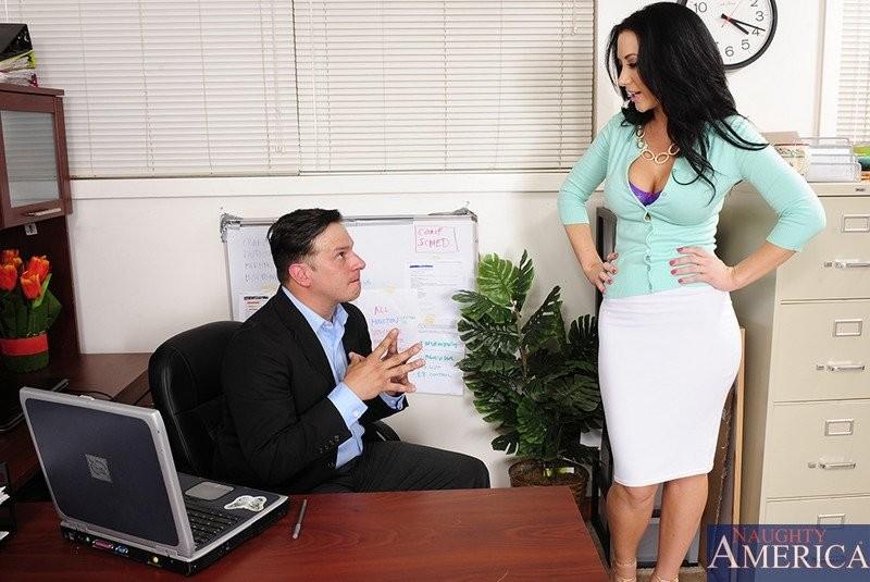 Девушка выполнила требование похотливого начальника, трахнувшись с ним на столе после рабочего дня