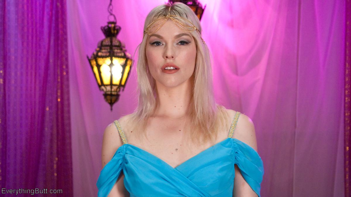 Брюнетка развращает своих подружек, показывая им настолько может быть приятен анальный секс