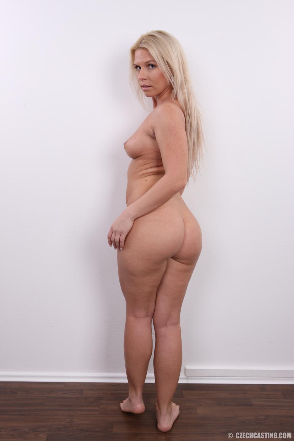 Девушка показывает свое тело