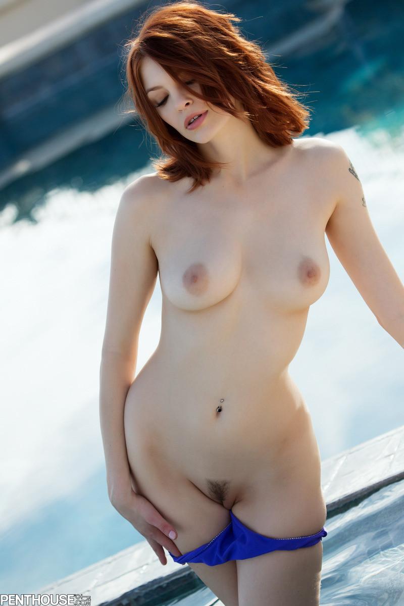 Сочная рыжеволосая деваха Bree Daniels показала киску и потрогала ее пальчиками