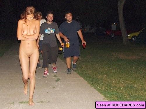 девушка разделась на улице фото