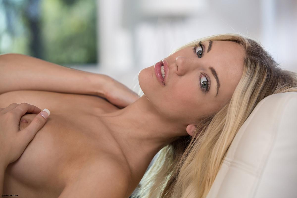 С наслаждением блондинка вставляет в свое влажное влагалище два пальчика