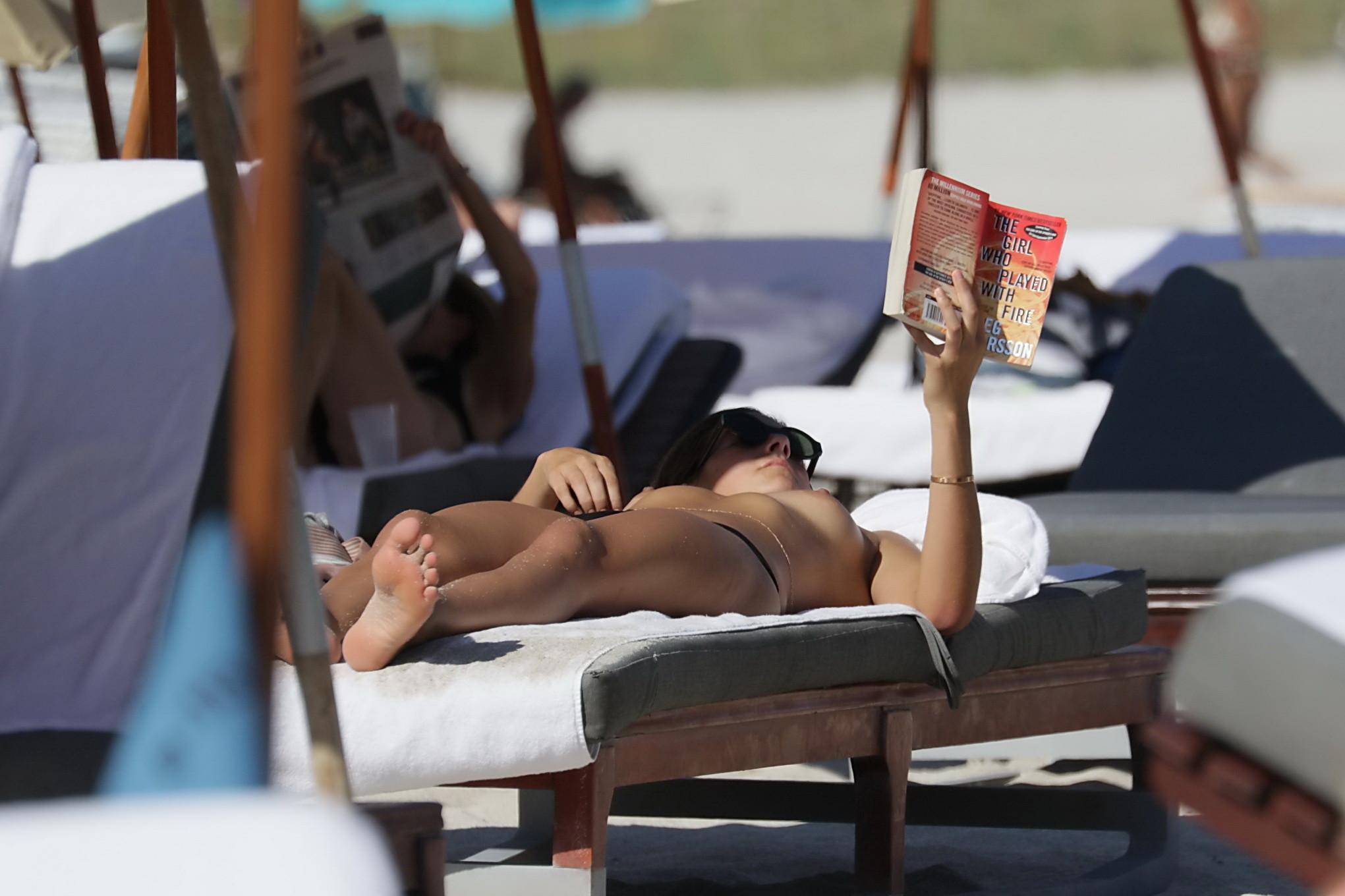 Люси Арагон показывает свое тело на пляже, а под лучами палящего солнца она решает оказаться без лифа