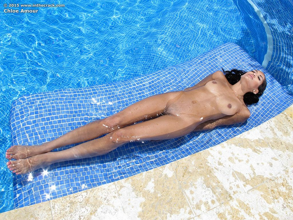 Красивая, жопастая латина позирует в бассейне и, возбудившись, пытается довести свою пизду до огразма