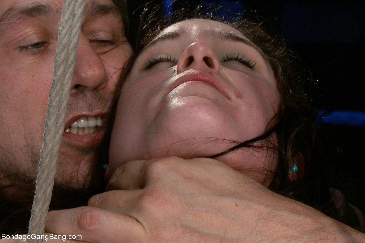Шарлотта достаточно развратна, чтобы подставить свое тело для истерзания несколькими мужчинами