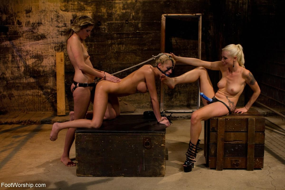 Жесткие девушки занимаются агресивной еблей со своими подружками