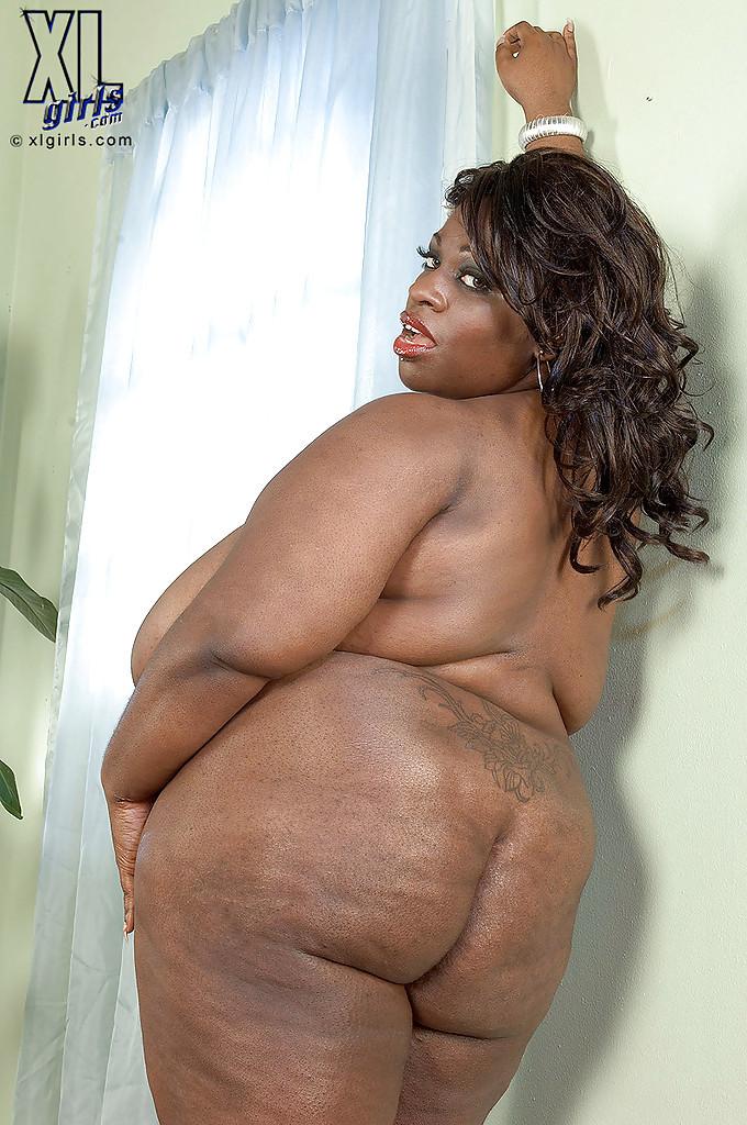 Очень большие сиськи всегда привлекают внимание, эта пышная негритянка потрясет своими дойками
