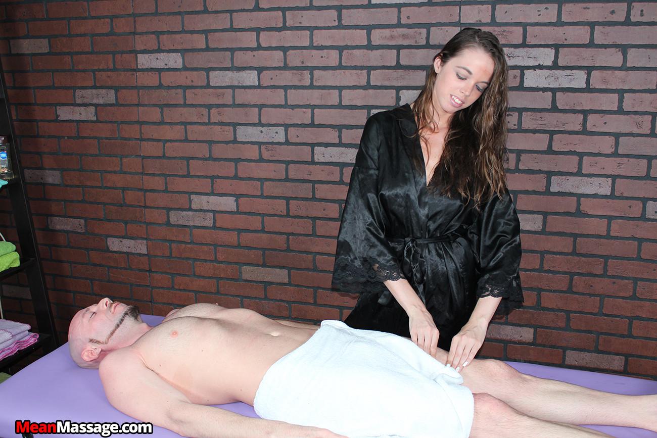 Миа умело работает своими руками, парень кончает от эротического массажа и записывается на повторный сеанс