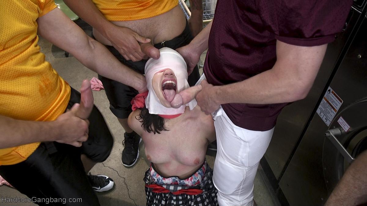 Молоденькую брюнетку выебали мужики в прачечной содрав с нее трусики
