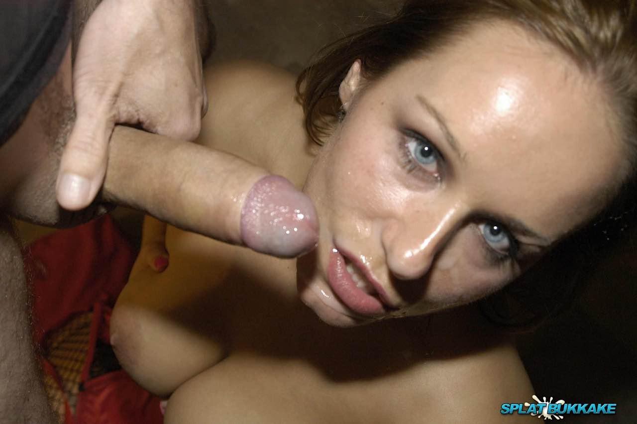Симпатичной красотке кончили на лицо и заставили облизывать сперму
