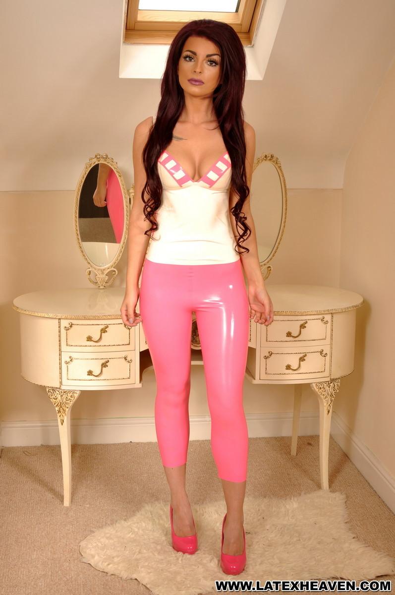 Брюнетка в розовых лосинах притвориться собачкой, она встанет на колени и покажет свою аппетитную попу
