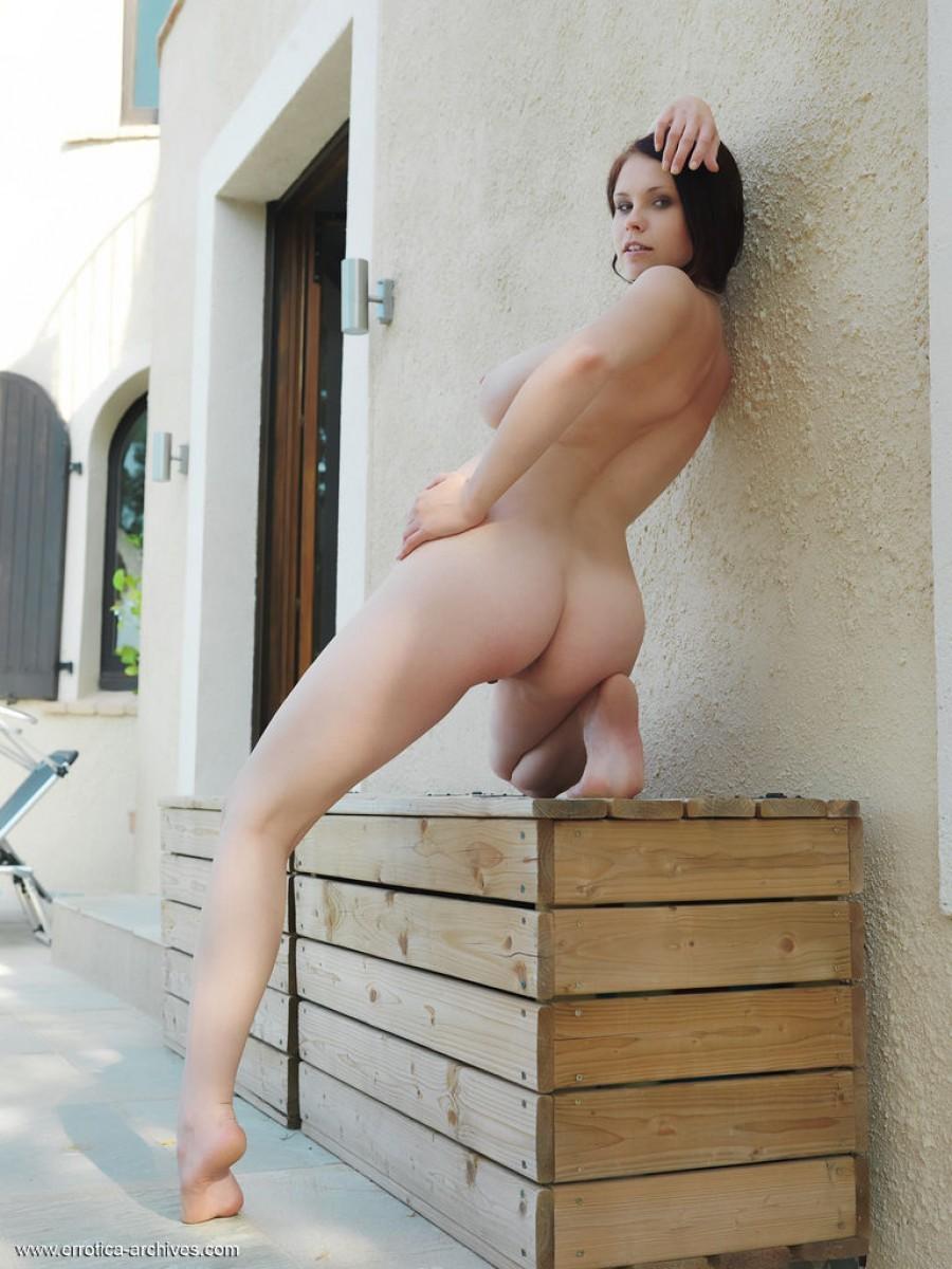 Аркида Ривас демонстрирует себя в обнажённом виде, показывая свою пышную грудь