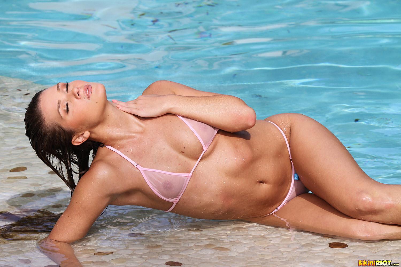 Сексуальная шатенка Эбби Кросс сегодня в ударе – несколько раз мастурбировала себе пизду около бассейна