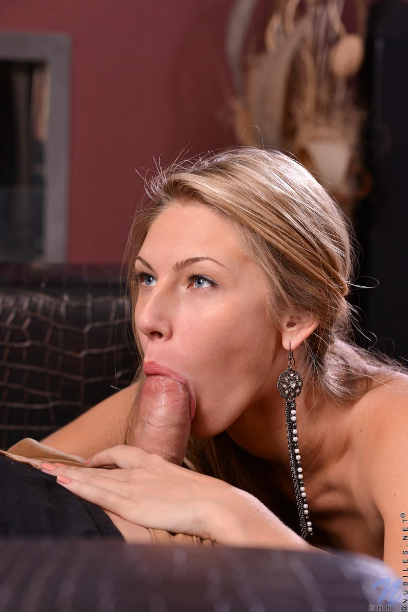 Молодая девушка старательно делает минет, а затем подставляет свою аккуратную дырочку для секса