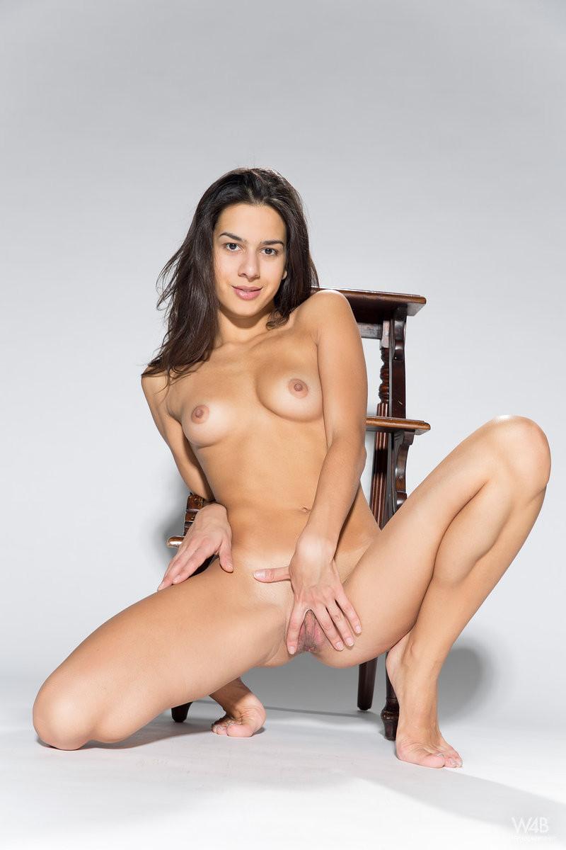 Девушка снимает с себя красивое нижнее белье и демонстрирует свою превосходную фигуру
