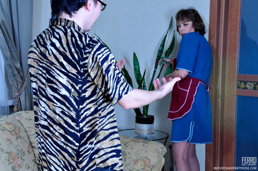 Горничная прикладного возраста удовлетворяет сынка хозяйки, который трахает старых баб