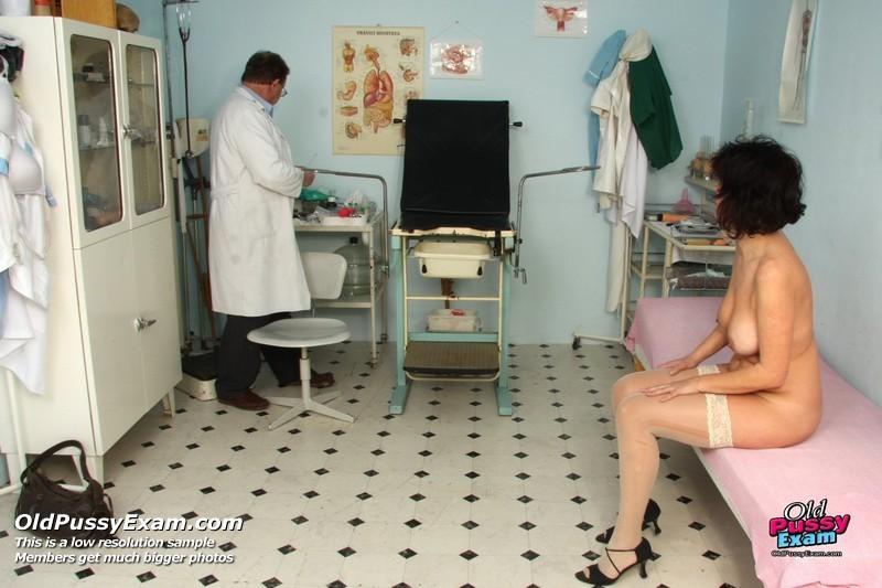 Женщина в почтенном возрасте приходит на прием к врачу и оказывается в руках развратного мужчины