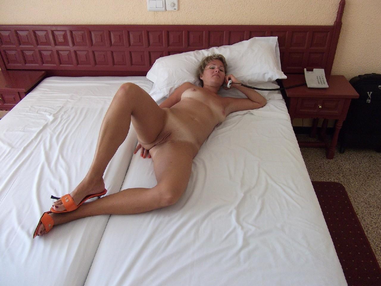 Голая дом работница показывает свое обнаженное тело